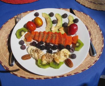 Un plato de frutas frescas para el desayuno