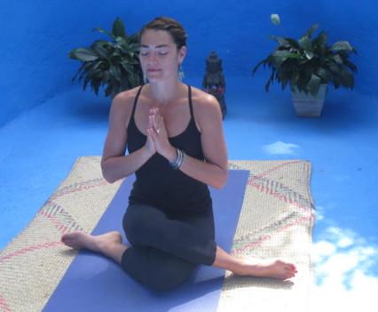 Una huésped practicando yoga